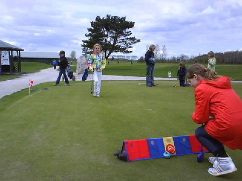 Barn med golfkølle